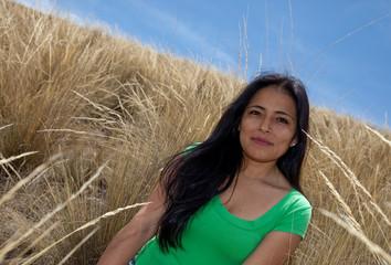 Lächelnde Frau im Gras