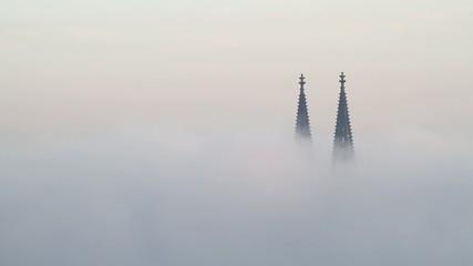 Kölner Domspitzen im Nebel