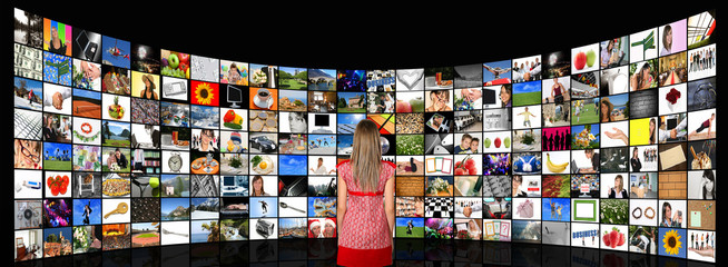 Ragazza guarda tv digitali
