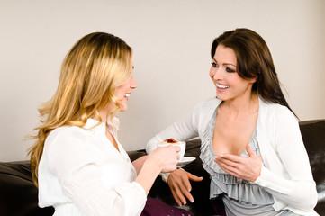 Zwei Frauen erzählen auf einem Sofa