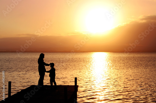 Matka i syn w krajobrazie