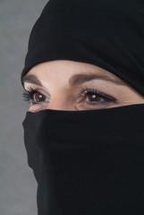 Eine muslimische Frau mit Burka. Kopf, Halbprofil.