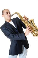 uomo che suona il sax contralto