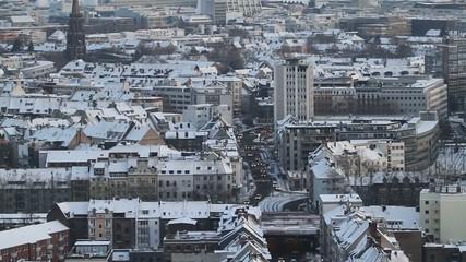 Winter - Kölner City mit fließender Verkehr