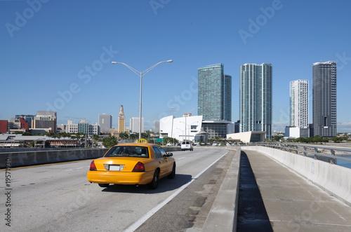 taxi-na-moscie-przy-w-centrum-miami-floryda-usa