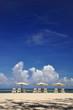 Fauteuils de plage et parasols.