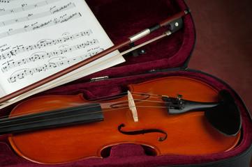 composizione violino con archetto e spartito