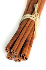 Fagot de bâtons de cannelle en gros plan sur fond blanc