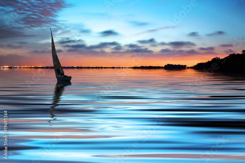 navegando por el mar © kesipun