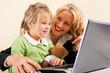 Geschäftsfrau und Mutter zeigt Tochter das Internet