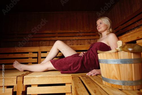 Leinwanddruck Bild Junge Frau in der Sauna