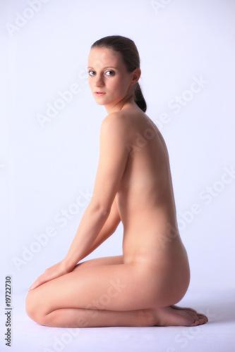 jeune femme nue accroupie