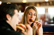 Paar im Restaurant isst Fast-Food