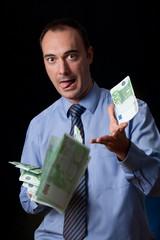 Hombre despilfarrando el dinero