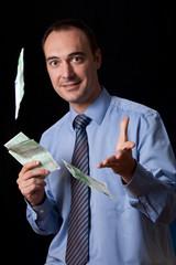 Hombre tirando el dinero