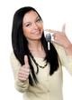 Frau mit Autoschlüssel nach Führerschein Prüfung