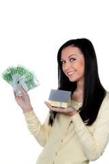 Frau mit Immobilie und Schlüssel nach Hauskauf