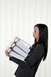 Überforderte Frau mit Stress und Ordner im Büro