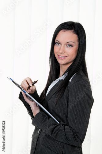 Manager mit Klemmbrett im Controlling macht Notizen