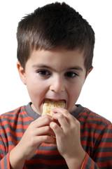 bambino mangia un cracker