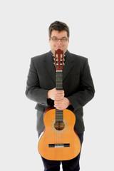 Homem a segurar uma guitarra acustica