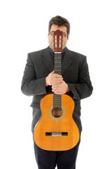 Homem a segurar uma guitarra acustica à frente da cara