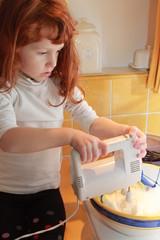 Petite fille cuisinant