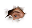 Auge starrt durch Papierloch