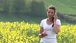 HD1080i Junge Frau im Rapsfeld telefoniert mit Handy