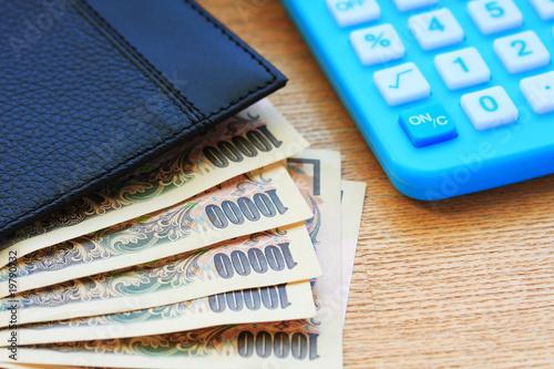 Currency note and calculator
