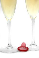 Copas de champagne y preservativo