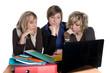 3 jeunes femmes studieuses qui révisent