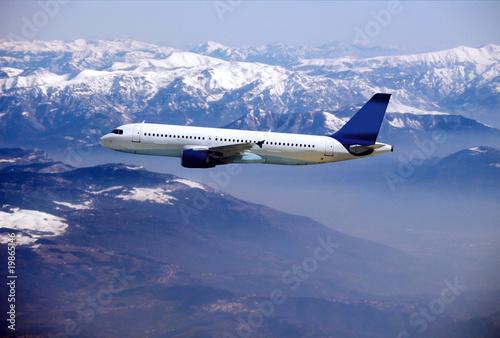 lot-samolotu-pasazerskiego,-gory,-niebo,-tlo,-plakat