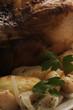Arrosto di pollo con patate e cipolle