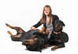 adolescente et ses deux chiens