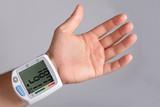 Bludruck messen Bluthochdruck Blutdruckmessgerät