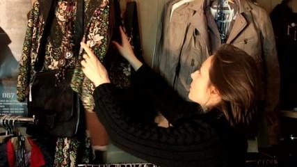 femme faisant les boutiques