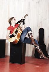 jeune fille jouant de la guitare