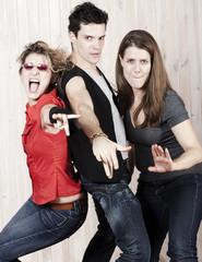 groupe de trois jeunes gens fête danse