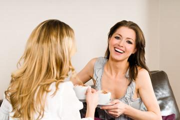 Zwei Frauen beim Kaffee trinken