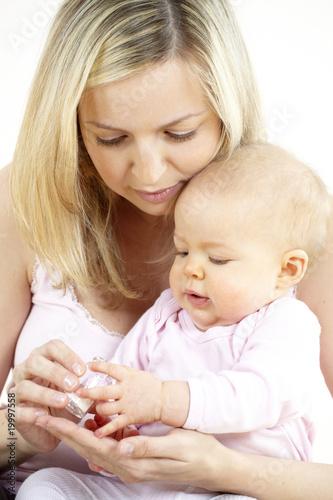 Leinwanddruck Bild junge mama gibt ihrem baby globuli