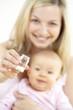 junge mama gibt ihrem baby globuli