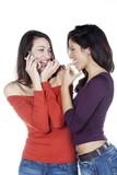 deux jeunes femmes complices sourire portable poster
