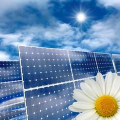 Pannelli solari contro un cielo azzurro