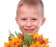 Junge mit Tulpenstrauß