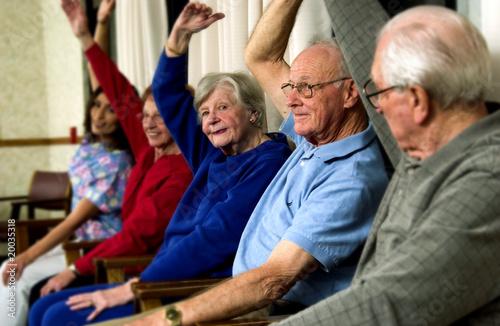 Les personnes âgées qui exercent Poster