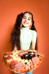 Young girl propose pizza