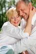 Älteres Paar in der Natur