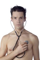 jeune homme nu stéthoscope écouter coeur