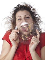 jeune femme dévorer nourriture